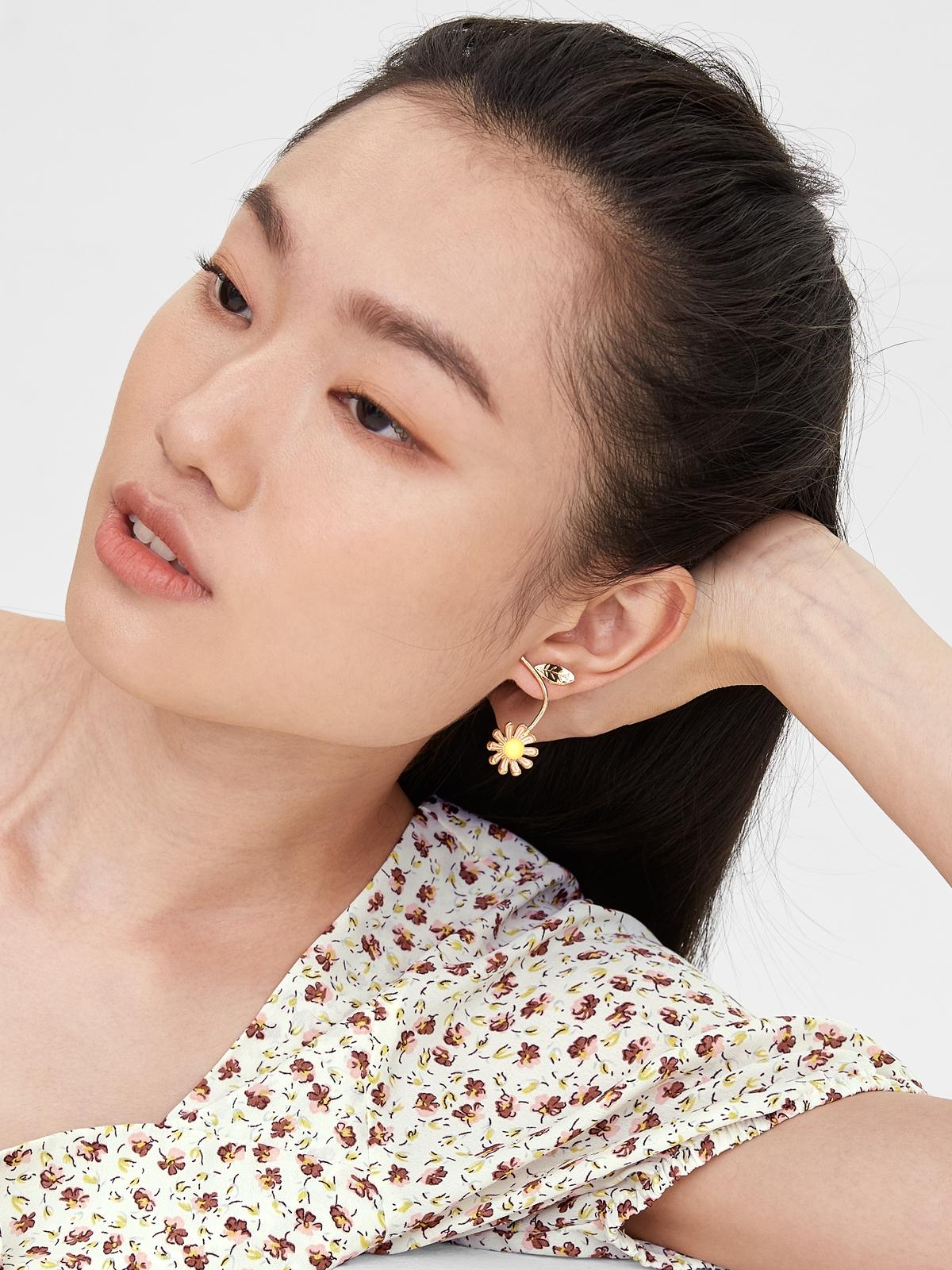 Upside Down Flower Shaped Drop Earrings Gold